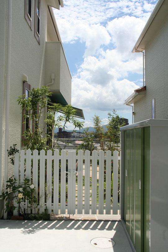 オープンだったお庭も門扉を付けることで、ある程度の目隠しに。生活に必要な物置もグリーンで統一。