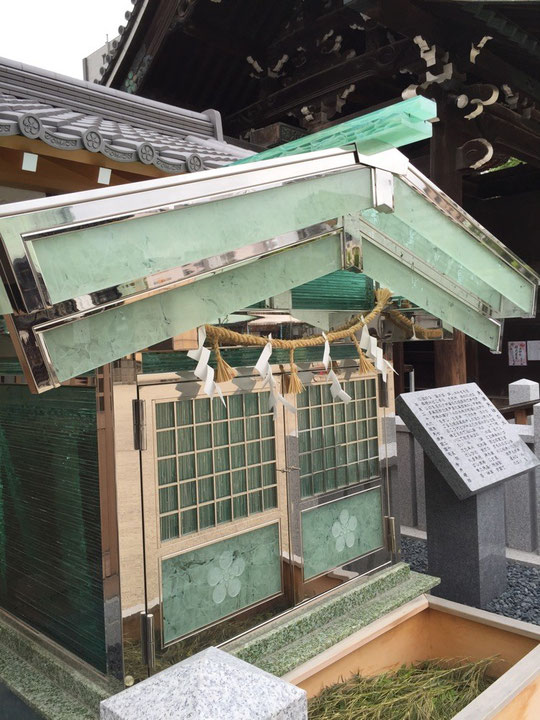 ガラスの祠 寺社仏閣にある建物は木造と言うのは古い固定概念だと気がつかせてくれたガラスで出来たほこら