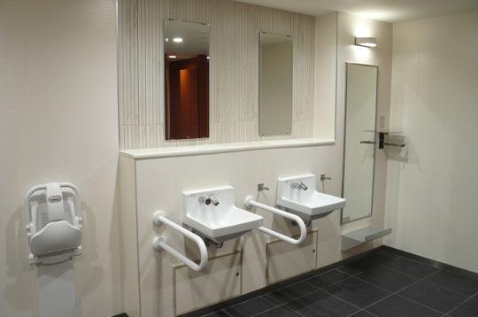 女性トイレの洗面台。一番奥はお化粧直しができるパウダースペース。