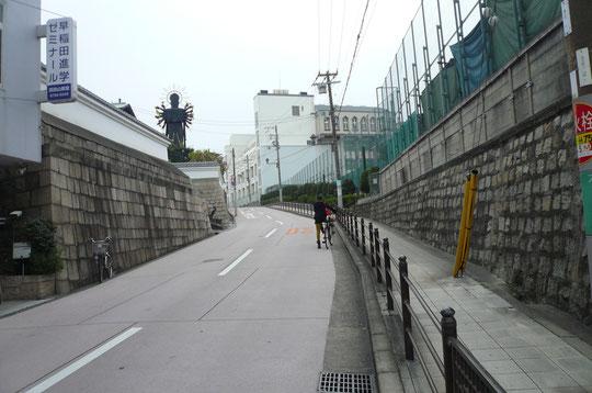 心眼寺坂。石垣と白壁が心眼寺、その向かいが大阪明星学園テニスコート