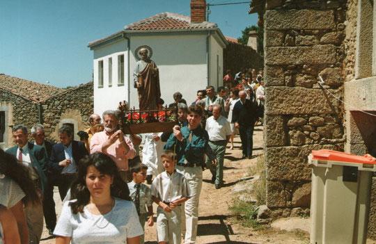 Pedro y Javi llevan a San Pedro en procesión. F. P. Privada. Merche.