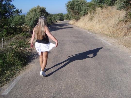 Me voy acompañada de mi sombra a ver lo que encuentro por aquí.