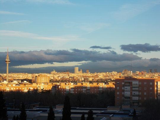 ¡¡ Amanecer !! Desde mi ventana contemplo Madrid entero. F. Merche.