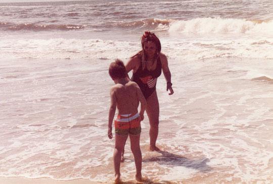 Nos bañamos, el mar comienza a agitarse.........