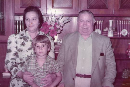 Con sus abuelos Román y Gaby.