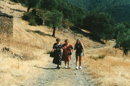 "Carmina, Mari y Merche por las veredas de Cabaloria; Disfrutamos como "" pobres con zapatos nuevos "" cada vez que nos acercamos a visitarla.F. Pedro."