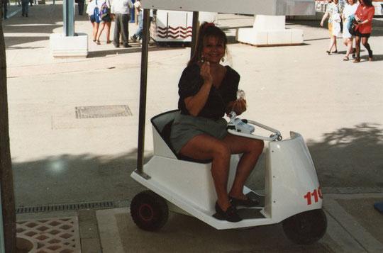 En un vehículo especial para la ocasión, en la expo de Sevilla.