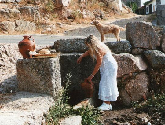 Ya llega la niña..........por agua a la fuente. F. Pedro. P. Privada.