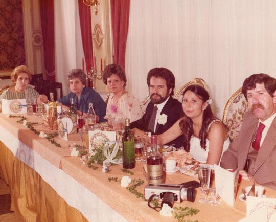 Mesa a la derecha de los novios.
