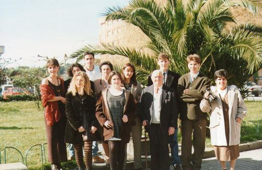Javi con el abuelo Román, Gaby y todos sus primos asturianos.