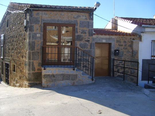 Preciosa fotografía de la casa de Javier; En la puerta el efecto espejo hace que en ella se reflejen las casas del pueblo. Merche. P. Privada.