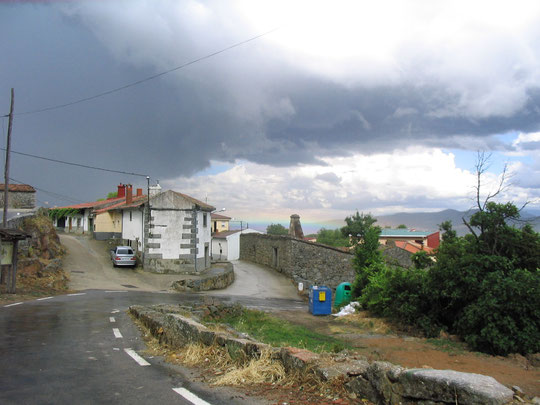Viene la tormenta y..................el arco iris esta rasero. Merche.