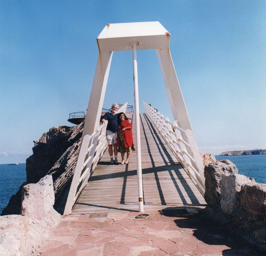 En medio del puente.