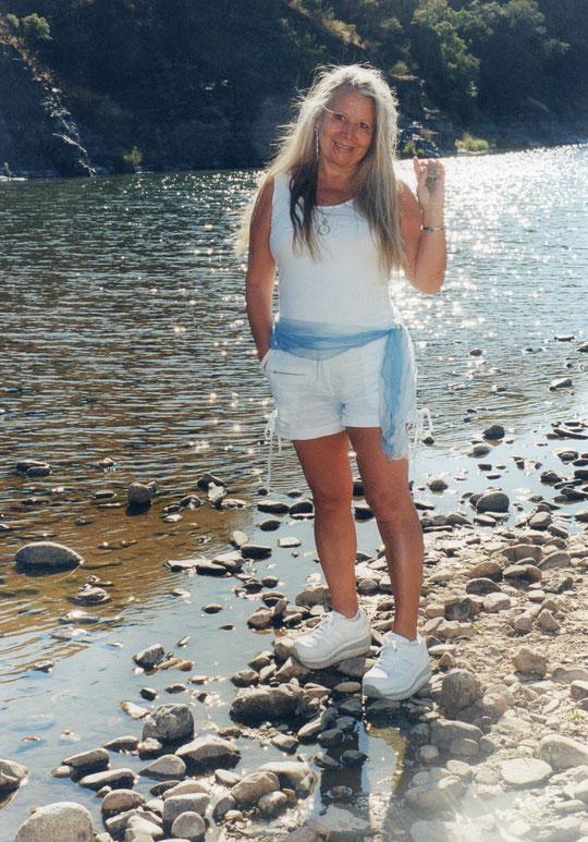 Ésta soy yo en el río a su paso por Cabaloria en un bonito atardecer. F. Pedro. P. Privada.