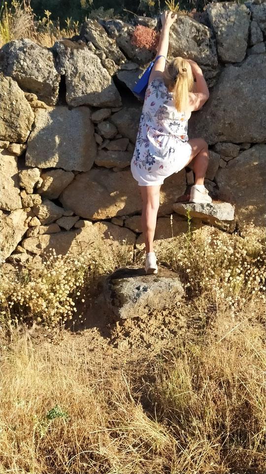 Merche escalando una pared. F.Privada de Pedro.