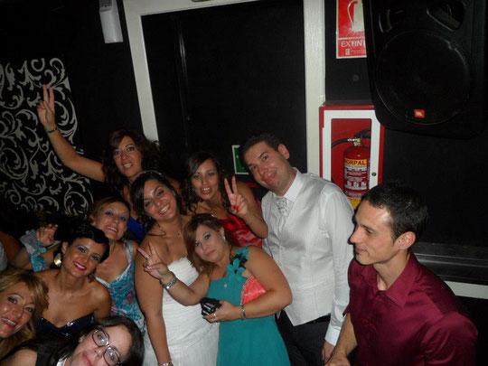 Con sus amigos celebrando su boda.