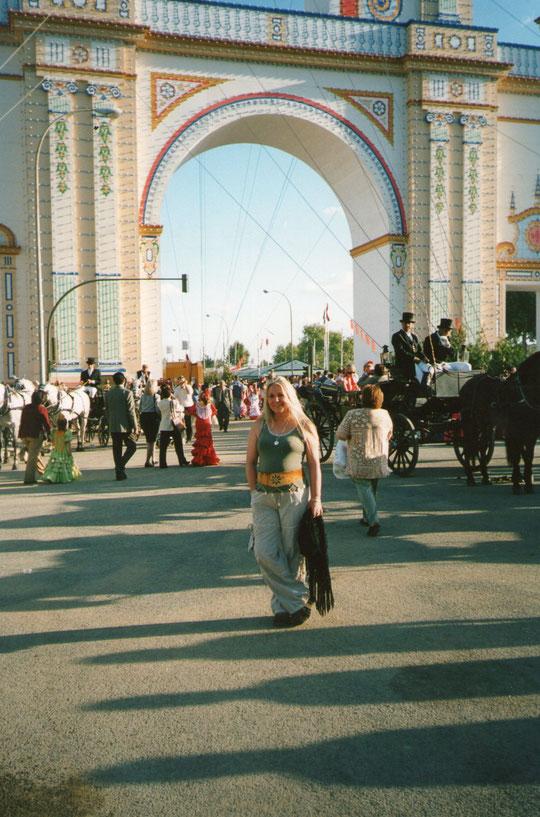 En la fachada de día: paseo de caballos. F. Pedro. P. Privada.