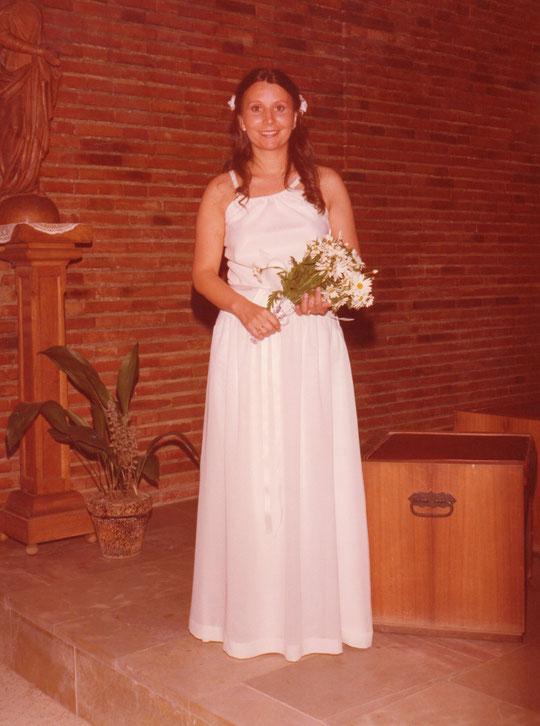 La novia posa en la iglesia.