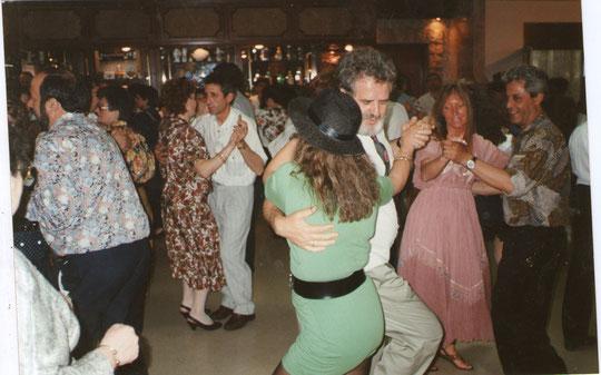 La familia bailando................a tope.