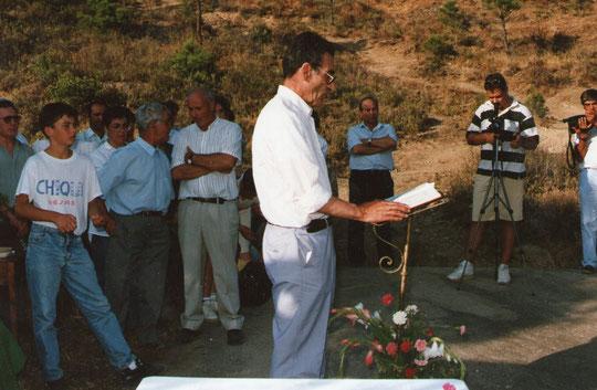 Don Ignacio hace una lectura durante la misa. ( Ejerció de maestro en Cabaloria )  Propiedad privada. F. Pedro.