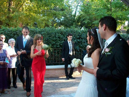 """Cuarta pareja: Belén e Iván. Ofrecen un ramo de paniculata. Belén dice: """" Esta paniculata junto a todas las flores que os hemos ofrecido, forman un ramo y """" Este ramo simboliza la felicidad """" que todos os deseamos. ¡ Vivan los novios !  F. P. Privada."""