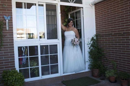La novia sale de casa.