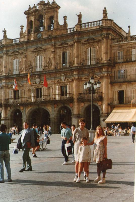 Familia en la plaza Mayor de Salamanca. F. Pedro. P. Privada.