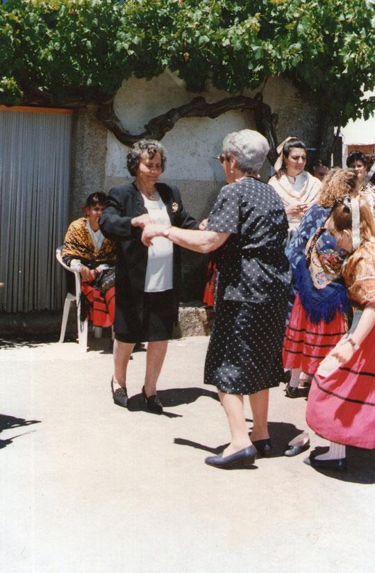 Las dos vecinas bailando la jota.