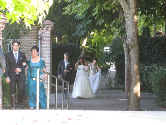 ¡ Ya llega la novia !.......... Delante su madre y su hermano.
