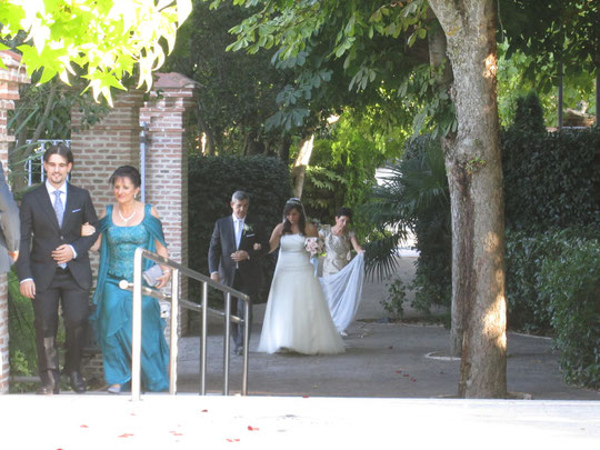 ¡ Ya llega la novia !.......... Delante su madre y su hermano. F. P. Privada.