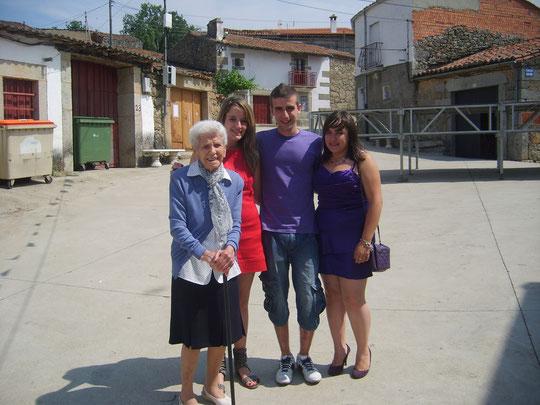 La abuela con la juventud.