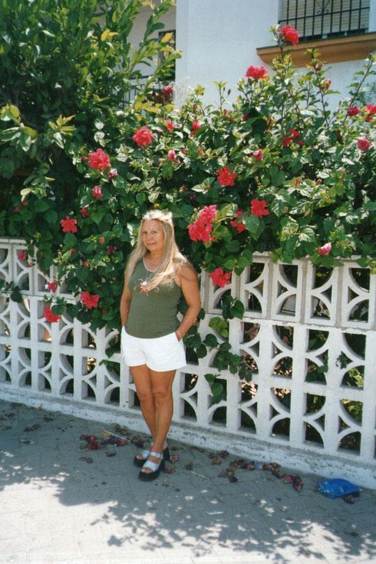Bonita fachada de hibiscos en Salobreña.