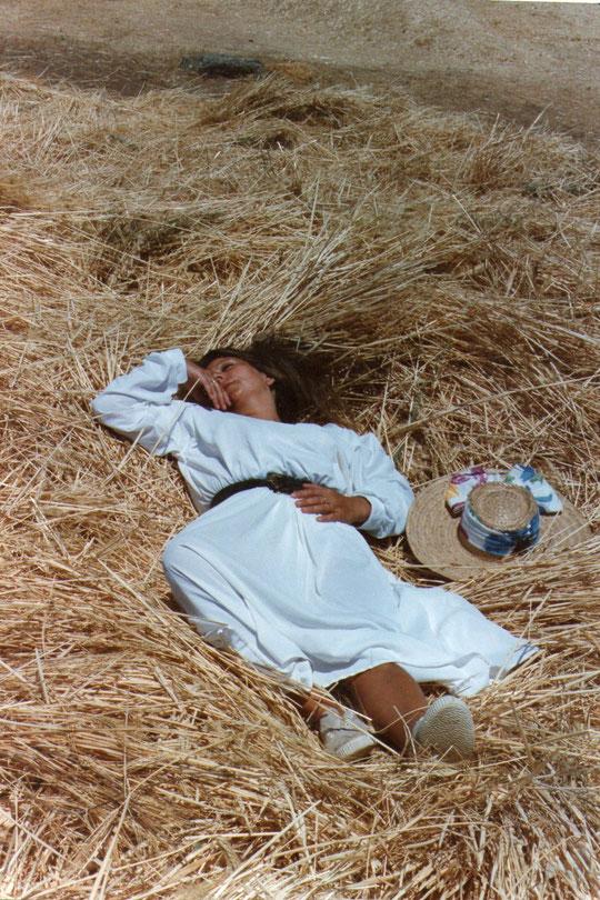 Que una moza casadera.....No debe estar en la era......Si no está el sol en el cielo. ( J. M. G. y Galán ) F. Pedro. P. Privada.