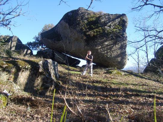 """Alejandro en el """" cancho de la Cabeza de Perro """", si pasas por debajo de esta roca y oteas el horizonte, podrás contemplar un  extenso paisaje."""
