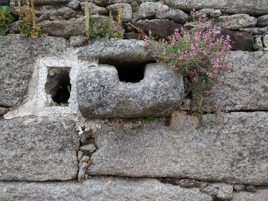""""""" Piececitos del Niño Jesus """" en una curiosa pared. Foto de Merche"""