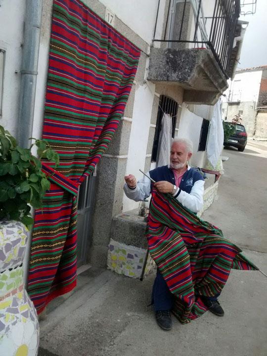 Pedro preparando las cortinas de nuesta puerta. F. Merche. P. Privada.