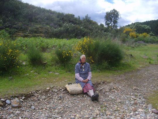 Pura muy sentadita entre jaras y retamas a ..........  la orillita del rio con la ................corriente del agua.
