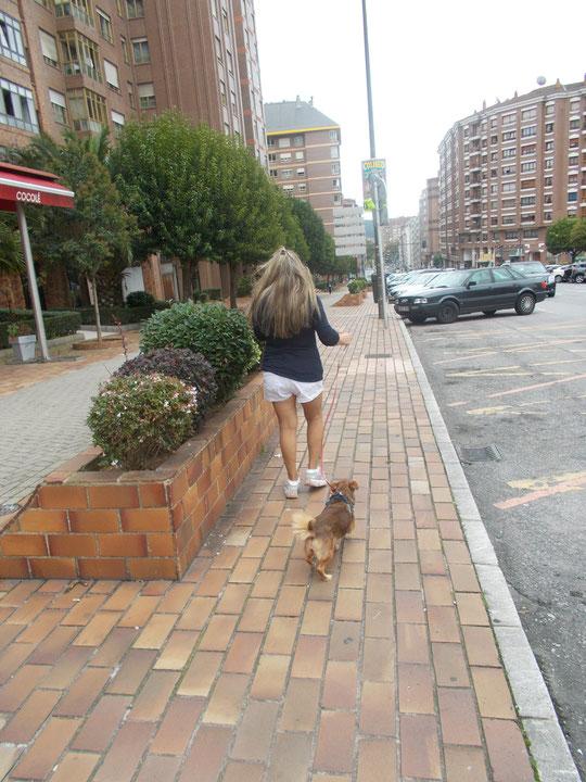 "Paseando al perro de mi  ""manita"" Carmina."