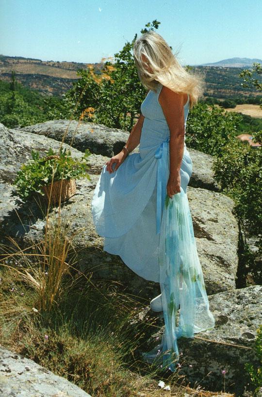 Sentada en una roca del Cancho la Colmena en verano, oigo el sonido de las ráfagas del viento pasar de árbol en árbol; Es una sensación de paz, placer, soledad y calma, el stres desaparece y siento que me invade un estado de agradable  bienestar.