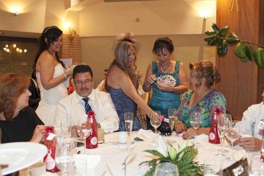 Repartiendo regalos, la novia y las mamás. F. P. Privada.