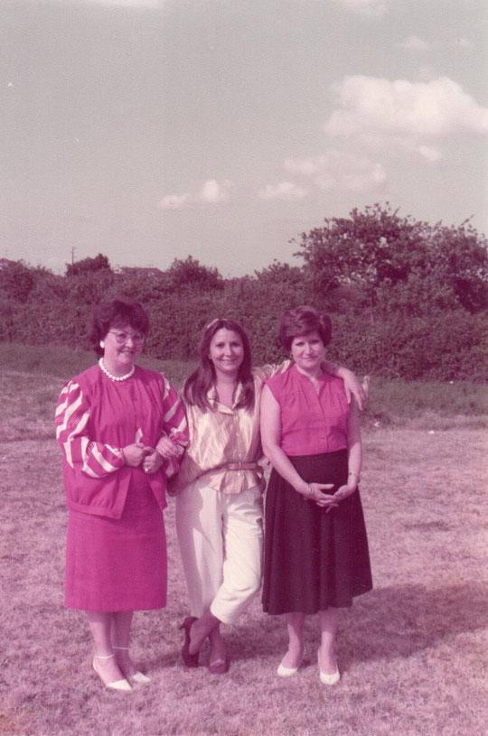 Tres hermanas en los prados asturianos. F. Pedro. P. Privada.