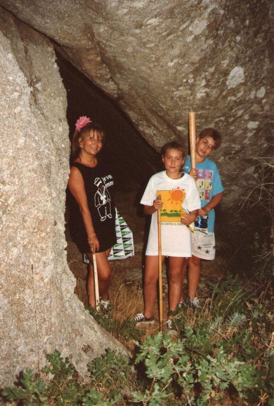 Cueva de la Gallega 3. Merche, Javi, y  Emilse. Esta foto de años atrás si permite ver la entrada. F. Pedro.
