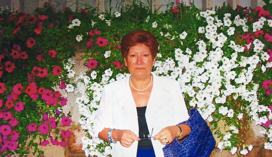 A Carmen le encantan las flores. F. Belén. P. Privada.