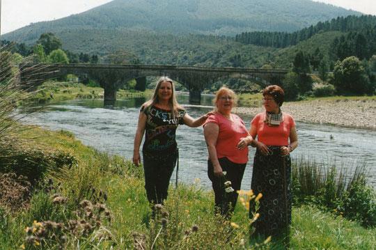 Con mis hermanas en el puente del Alagón. F. Pedro. P. Privada.