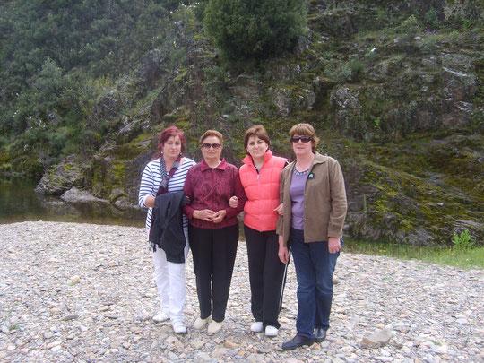 Dolores con sus hijas.