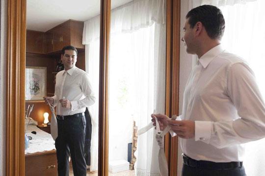 El novio prepara la corbata.