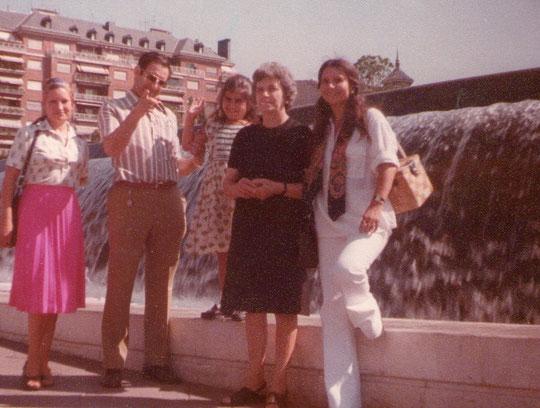 Familia en la Plaza de Colón. F. Pedro.