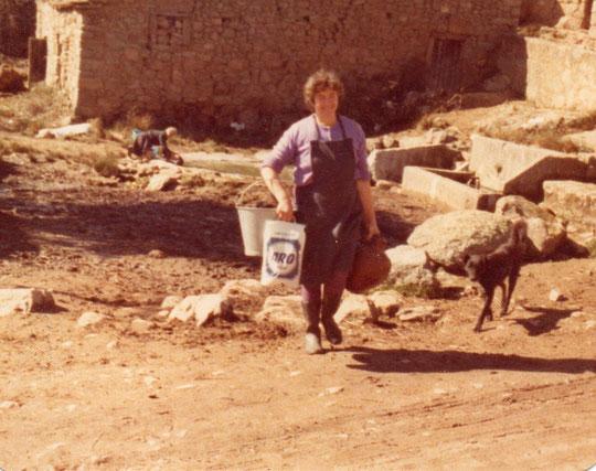Paula. Al fondo la primitiva poza, los caños y Adelaida lavando. F. Pedro.