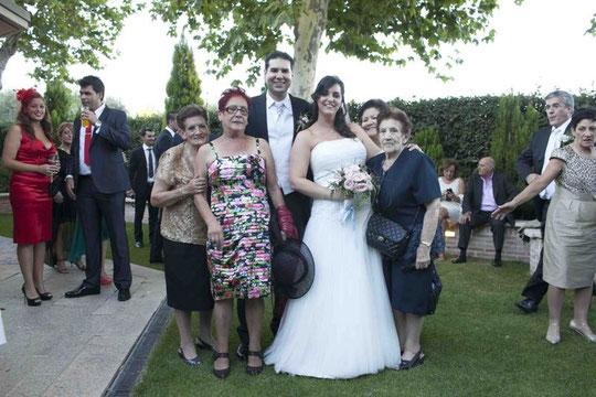 Abuela y familia paterna de Cris. F. P. Privada.