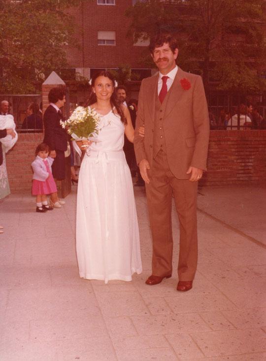 Aquí llega la novia con el padrino. F. P. Privada.